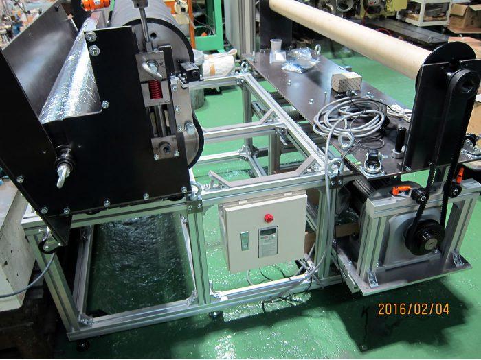 装置全景:左側材料供給エンボス装置、右側巻取り装置