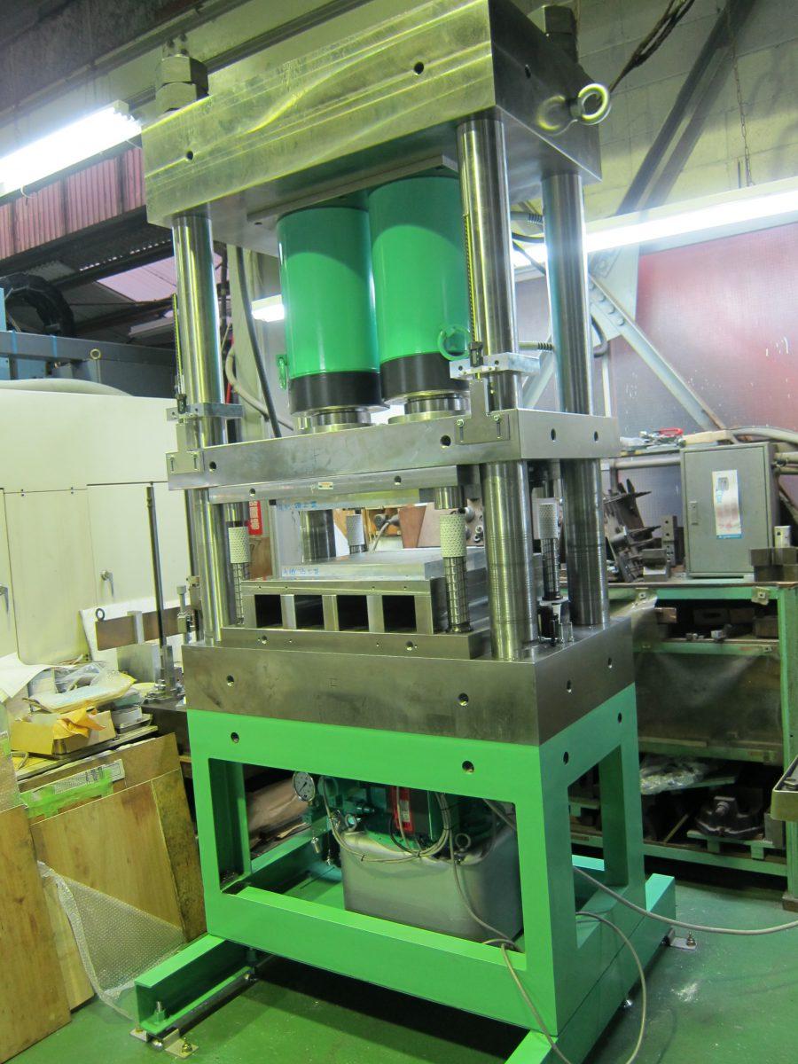 試作プレス用の油圧プレス装置600t